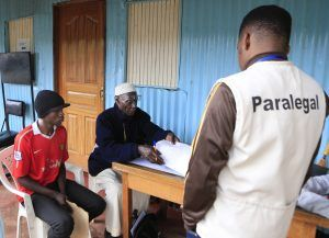 Les parajuristes communautaires mènent des activités de sensibilisation dans la communauté de Mamusa.