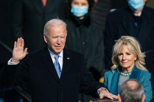 El presidente Joe Biden juramentado con Jill Biden