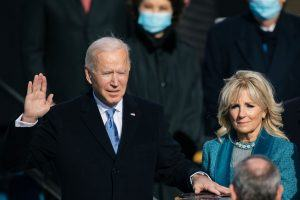 Le président Joe Biden prête serment avec Jill Biden